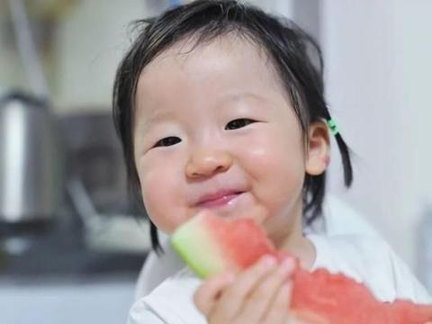 家里有孩子的家长,尽量少给孩子吃这2种乳制品,建议养成2个习惯
