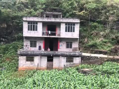 一户人家在山上住了十年,十年前因为老房子后山掉石头下来