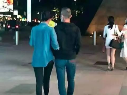 70岁王石与娇妻散步,谁注意到他们的穿着,暴露了两人的代沟