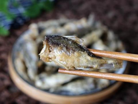 这鱼不起眼,却是真正的野生鱼,裹上面糊一炸,香到鱼刺都吃掉