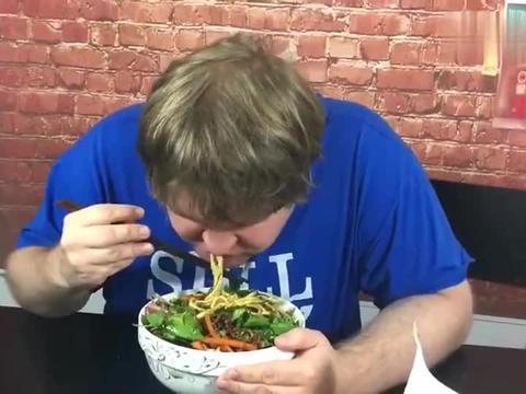 老外在中国:老外终于吃到北京炸酱面了,老外:真是让人上瘾