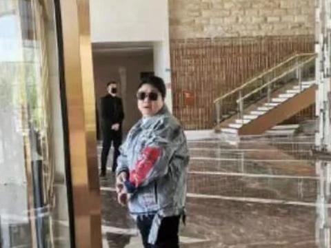 韩红瘦40斤罕露面,尖下巴明显,穿6000元大衣流行