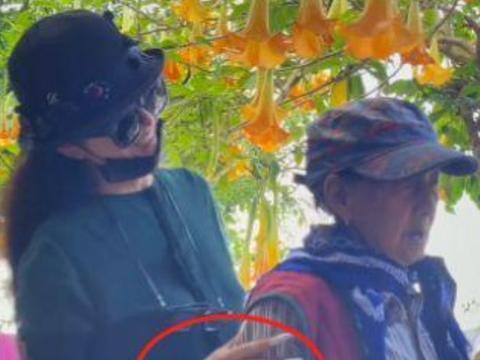 杨丽萍扶妈妈庭院散步!85岁母亲身姿佝偻,手部青筋凸起如枯枝