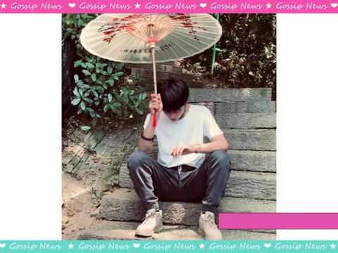"""丁真游西湖玩""""蛇"""",白T造型手撑油纸伞,夏日少年感十足"""