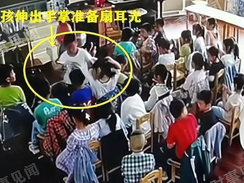 江苏一幼儿园男孩扇同学耳光,老师在旁边不管不顾,现场画面曝光