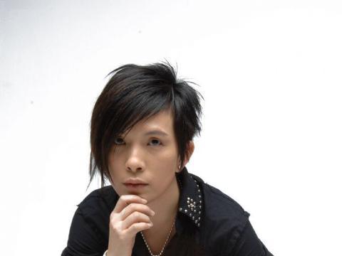 歌手潘美辰晒搞怪照,满脸胡茬认不出,曾和同性亲吻52岁仍单身