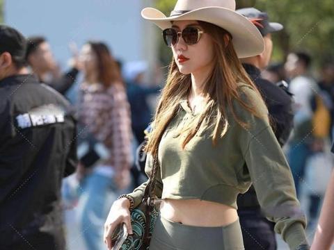 白色时尚牛仔帽搭配灰色高腰打底裤,暖暖的效果,修身的版型