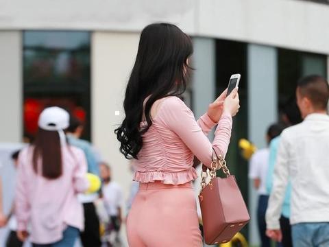 粉色抽绳长袖搭配西柚色打底裤,突出自己的气质,有讲究的搭配