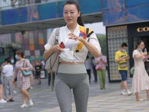 灰色运动打底裤搭灰色单肩包,有质感的休闲风,整体很高级