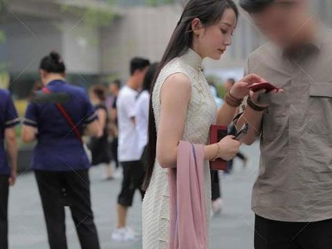 满满复古感的旗袍,看起来很有威严,很有气质,表现出淑女的风范