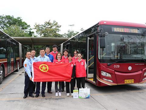 鼎和保险广西分公司党团联动开展慰问公交司机活动