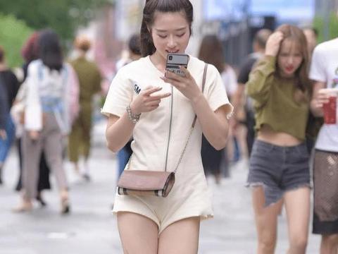 一身淡黄色的连体衣,配上透明的长靴,走在路上很难不引人注目