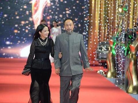 吕丽萍与现任老公看着有点年龄差,一身黑裙配着珠宝,很有贵妇范