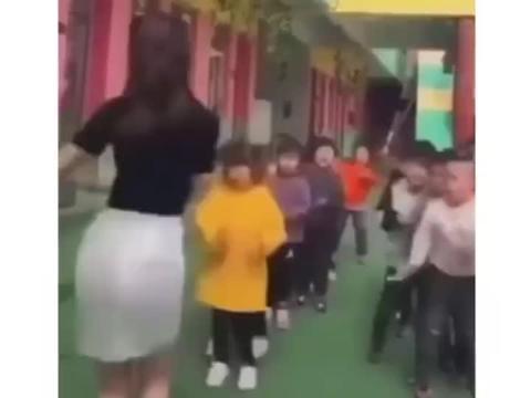 怕堵车提前来接孩子 都是为了孩子啊