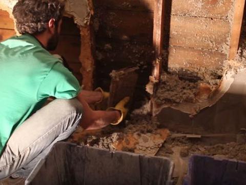 男子拆迁祖屋时发现异物,近看是价值不菲的古物!
