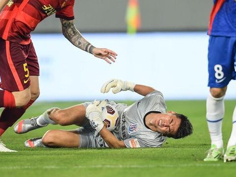不愧是国足国门,上海申花曾诚受伤坚持比赛,真是足球坛上的硬汉