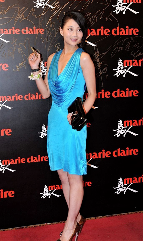被殷桃丰润饱满的身材迷住了!穿一袭亮蓝色吊带裙亮相,高贵时髦