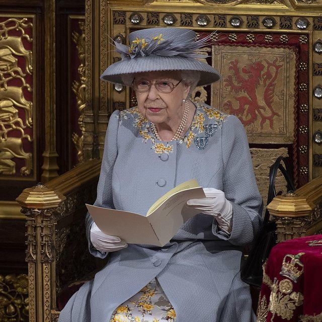 未来王后范儿太足,穿一身拼接白大衣变女神