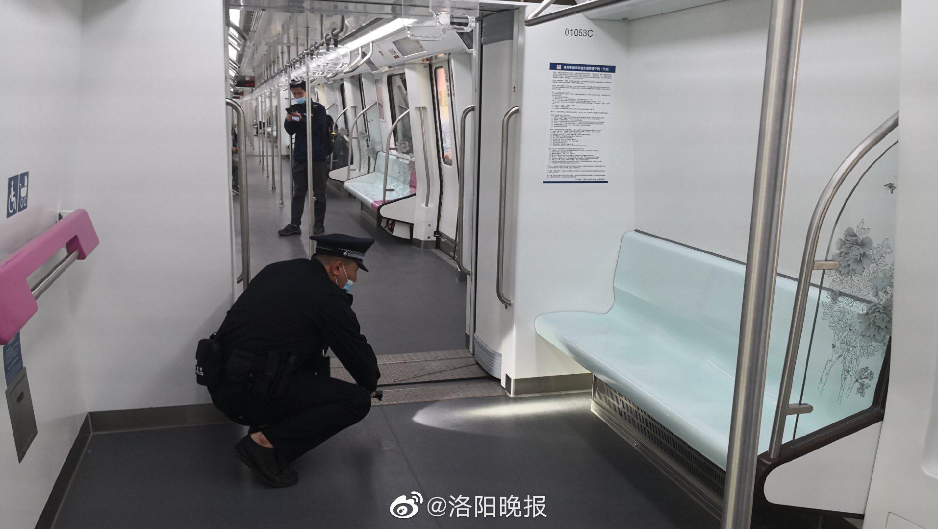 女子在地铁上涂护手霜,价值2万元钻戒不慎丢失