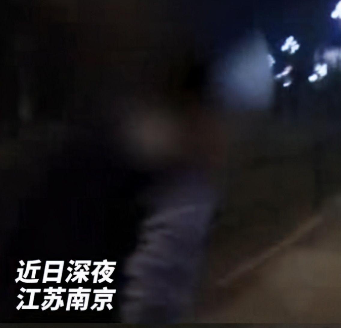 半夜离家出走,12岁男孩偷偷离家,原因让人流泪