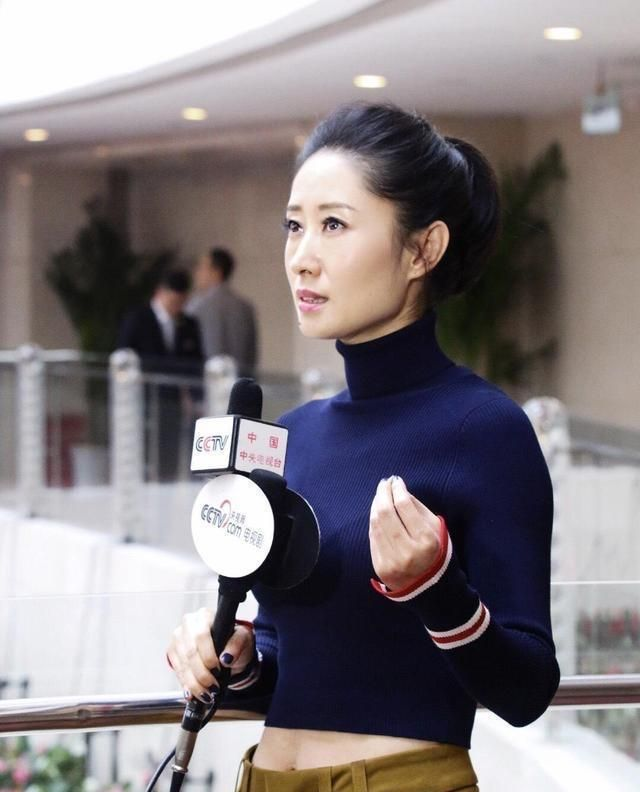 """刘敏涛虽然是""""阿姨辈"""",穿露脐装身材却像小姑娘,哪像70后的人"""