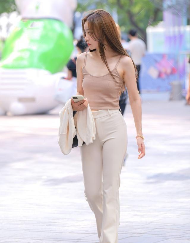 棕色小清新吊带搭配白色高腰打底裤,搭配的亮点,阳光运动范