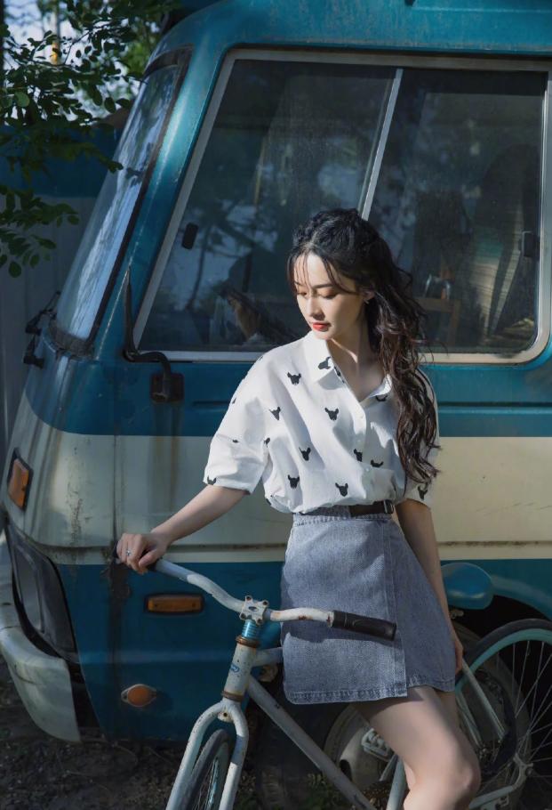 李沁复古单车照,印花衬衣搭配牛仔短裙,清新脱俗还减龄