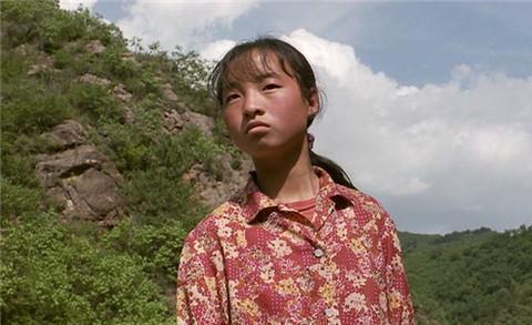 1998年,张艺谋看到正在喂猪的13岁魏敏芝,当即拍板女主角就她了