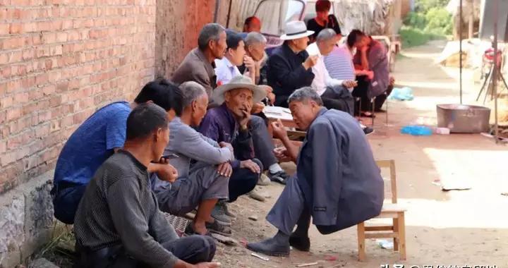 """父亲的葬礼上,87个""""仁兄弟""""的同村发小,看看他收了多少礼金?"""
