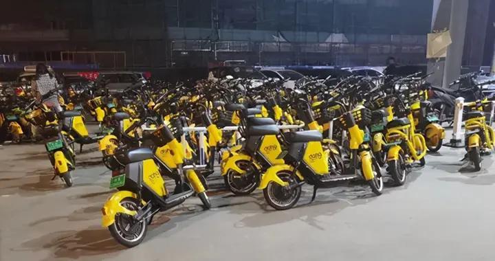 扬州这里共享电单车扎堆影响居民,记者进行了调查