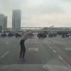 合肥明珠广场有人坠下天桥!