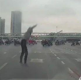合肥明珠广场有人坠下天桥!惊魂一幕.....