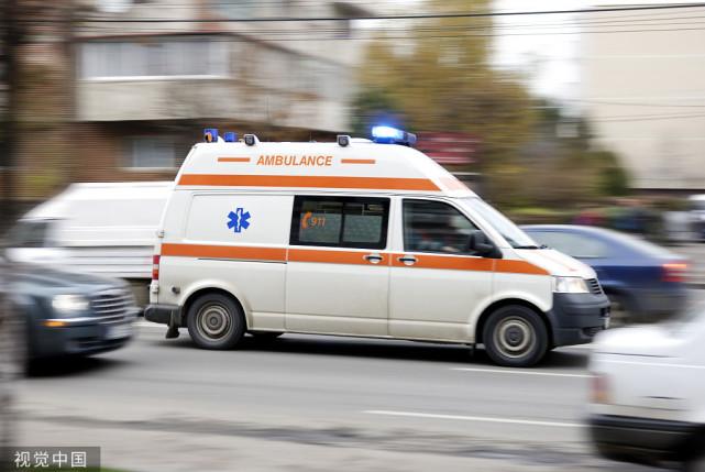 男童吃面条突然卡喉 家人情急拦警车求助 结局超暖心