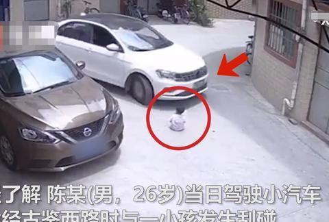 广东佛山:一幼童被妈妈临时放在路中央,下一秒被轿车碾压而过