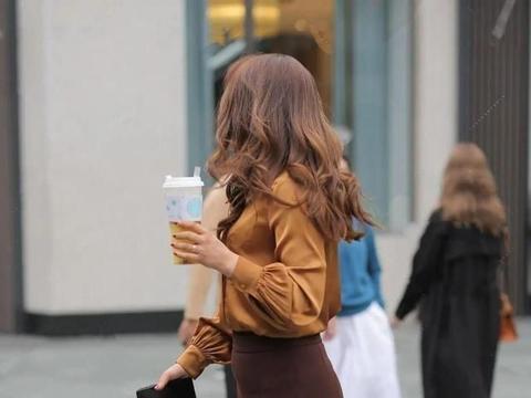 棕色休闲长袖搭配褐色高雅打底裤,最为流行的,温柔色系