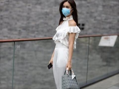 白雪纺布上衣配白缎打底短裤,轻盈飘逸,时尚淑女感