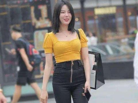黄色宽胸上衣搭配黑色拉链打底裤,颜色显气质,百搭的特性