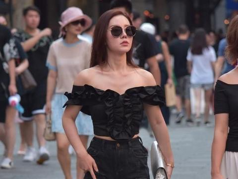 黑色抹胸上衣搭配黑色蕾丝短裤,性感十足,凸显女性魅力