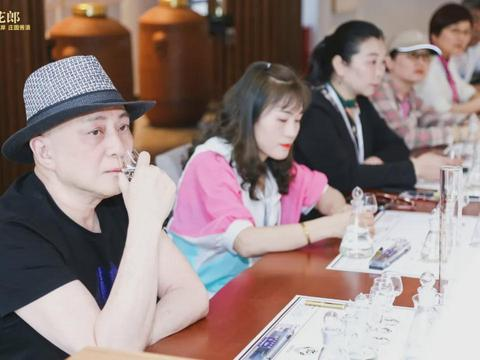 汤镇业亲陪700青花郎客人打卡郎酒庄园