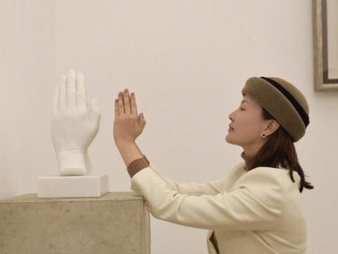 央视主持刘芳菲身穿针织衫,化身摘菜小农妇,知性气质丝毫不减