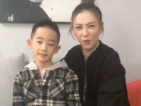 应采儿定居上海,把儿子送到国际学校,放学时Jasper跳舞很卖力