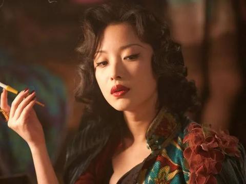"""女星中的""""老烟枪"""":杨颖烟不离手,郑爽姿势老练,她才出乎意料"""