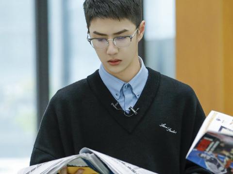 王一博穿深蓝色针织衫内搭浅蓝衬衫学院风佩戴眼镜文艺范十足!
