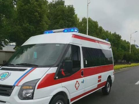 出租车故意阻挡救护车,救护车多次鸣笛请求让行,出租车直接无视