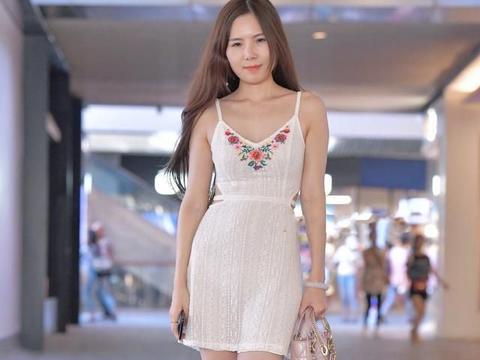 穿吊带短裙的小妹妹,配上高跟鞋,美得清新脱俗,仙女气十足