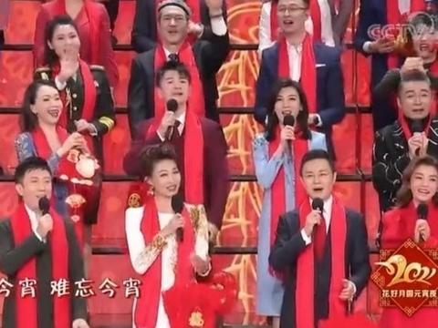 国脸李梓萌现身活动,1米2大长腿显眼合照似巨人,43岁仍未婚