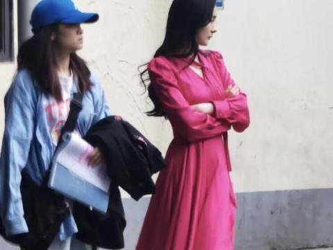 杨幂拍戏被偶遇,穿一袭红长裙气质脱俗,在街头一道亮丽的风景线
