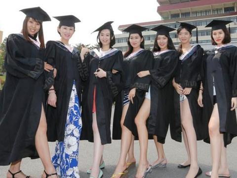 专科生穿学士服拍照被质疑,本科生:大专生不算大学生,没资格穿