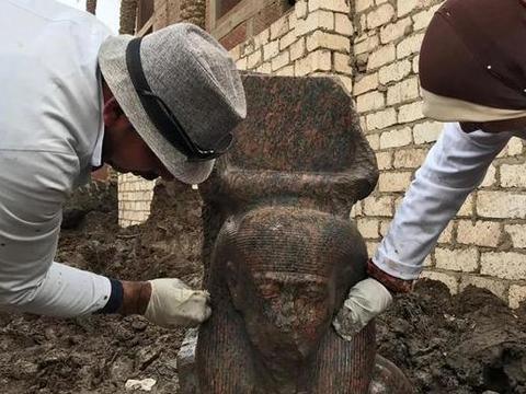男子在家挖出法老雕像,考古专家赶到后,通知警察逮捕了他