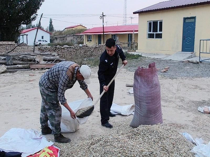 哈拉克米尔边境派出所民警积极深入辖区为空巢老人排忧解难